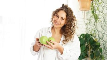 ältere Frau mit Äpfeln. Diät. gesunder Lebensstil. foto