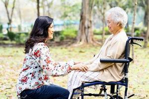 asiatische ältere Patientin mit Sorgfalt foto