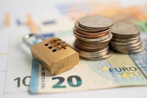 goldener digitaler Passwort-Sperrschlüssel und Münzen mit Euro foto