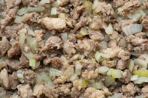 gebratenes Hackfleisch mit Zwiebeln in einer Pfanne, fein gehackter Fleischhintergrund. foto