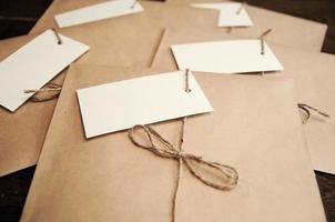 Notiz von einem Papier auf einer Karte eines Umschlags aus Kraftpapier auf einem Holztisch foto