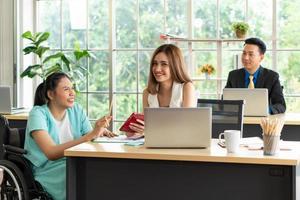 Kollegen in einem Büro foto
