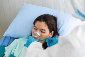 Arzt, der dem Patienten im Krankenhaus Sauerstofftherapie gibt foto