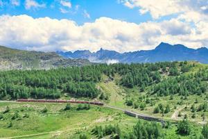 Durchfahrt des roten Bernina-Touristenzuges foto