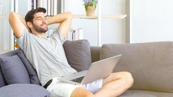 Mann arbeitet von zu Hause aus foto