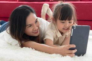 Mutter und Kind schauen sich einen Cartoon an foto