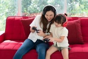 Mutter und Kind spielen zusammen ein Spiel foto