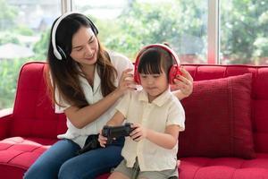 Mutter und Kind spielen ein Videospiel foto