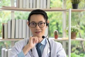 Arzt konsultiert per Videoanruf foto