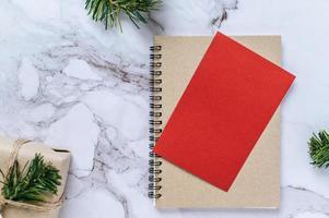 ein Buch mit roten Karten und Weihnachtsbaumzweigen foto