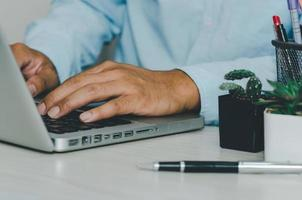 Nahaufnahme der Hand, die auf der Computer-Laptop-Tastatur schreibt? foto