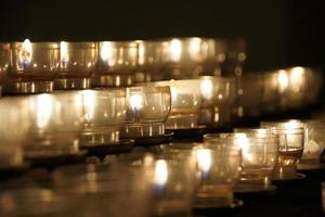 Kerzen in der Kirche angezündet foto