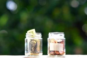 Münzen auf Tischhintergrund und Geld sparen foto