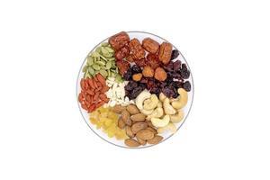 Ansicht von oben Gruppe von Vollkornprodukten und Trockenfrüchten in einer Glasplatte. foto