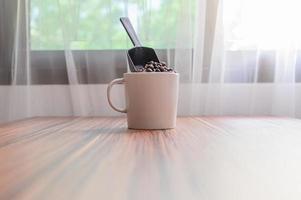 Kaffeebecher und Kaffeebohnen für mehr Energie foto