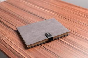 Das Buch liegt auf dem Schreibtisch. foto