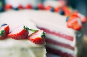 Selektiver Makrofokuskuchen mit Beeren und weißer Glasur foto
