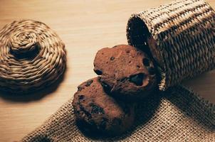 Schokoladenkekse auf dem Tisch, dekorative Einrichtung foto