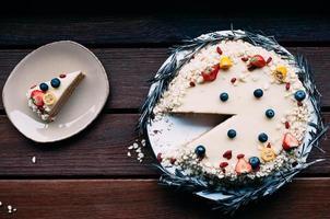 Ansicht von oben weißer Schokoladenkuchen geschnittenes Stück foto