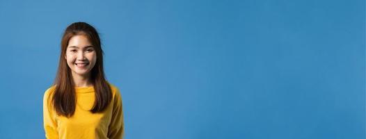 junge asiatische Dame mit einem Lächeln im Großen und Ganzen auf blauem Hintergrund. foto