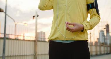 asiatische Sportlerin trainiert mit dem Smartphone zum Musikhören. foto