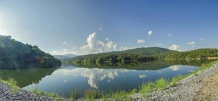 Landschaft des Damms und des Sees auf dem Berg mit Baum und Wald. foto