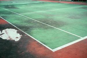 alt des grünen Tennisplatzes, Ecke des Platzes und schmutzig des Tennisplatzes. foto