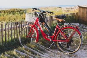Fahrräder am Strand von Illetes in Formentera in Spanien in Zeiten von Covid19 foto