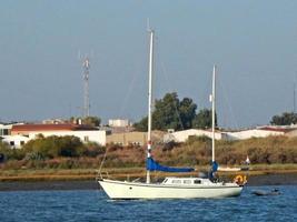 kleines weißes Segelschiff in Ufernähe foto