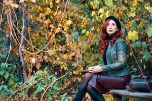 Herbstporträt einer rothaarigen Frau foto