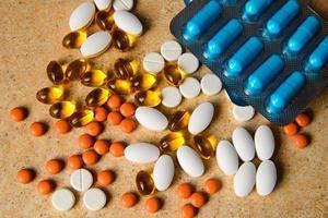 Blister mit blauen, rosa und orangen Pillen, Vitamin d foto