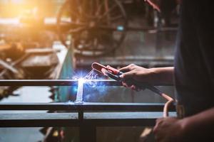 Arbeiter, der den Stahl schweißt foto