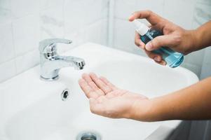 Nahaufnahme männlicher Hände Coronavirus-Prävention seiner Hand foto