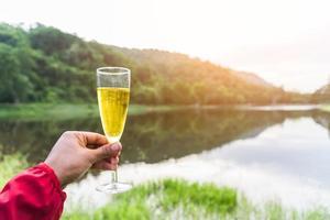 Reisender, der im Urlaub mit Trinken feiert foto