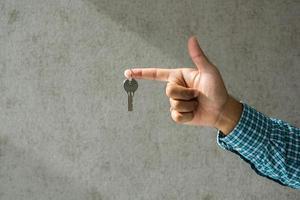 Nahaufnahme Hand mit Schlüssel im Haus. foto