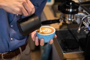 Barista macht Kaffee Latte Art in einem Café foto