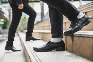 Geschäftsleute, die auf der Treppe gehen foto