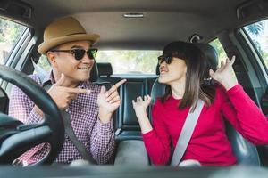 glücklicher Moment Paar asiatischer Mann und Frau sitzen im Auto. foto