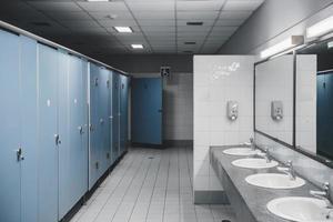 öffentliche Toilette und Badezimmer mit Waschbecken und Toilettenraum. foto