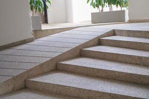 Gebäudeeingangsweg mit Rampe für Behindertenrollstuhl. foto