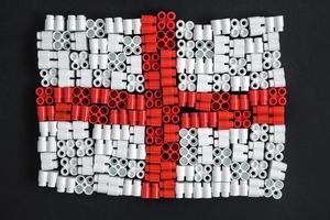 Plastikziegel, die Flagge von England auf schwarzem Hintergrund bilden foto