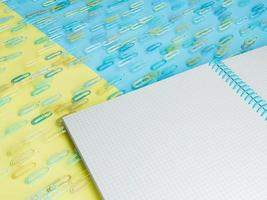 Nahaufnahme eines Notebooks mit herumschwebenden Clips foto