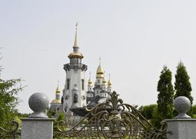 christliches Kirchenkreuz im hohen Kirchturm zum Gebet foto