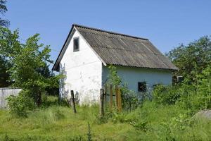 schönes altes verlassenes Gebäude Bauernhaus auf dem Lande foto