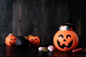Halloween-Hintergrund mit Kürbislaternen Kürbisse mit Süßigkeiten foto