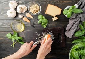 Schritt für Schritt italienische Pesto-Sauce zubereiten. Schritt 3 - Käse reiben foto