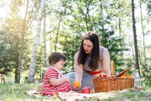 interracial familie von mutter und tochter im park beim picknick foto