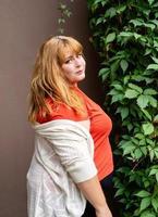 selbstbewusste übergewichtige Frau posiert foto