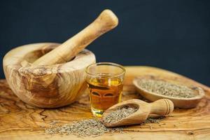 Kreuzkümmelöl und Olivenholz foto