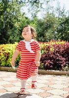 entzückende asiatische Säuglingsmädchen tanzen im Park foto
